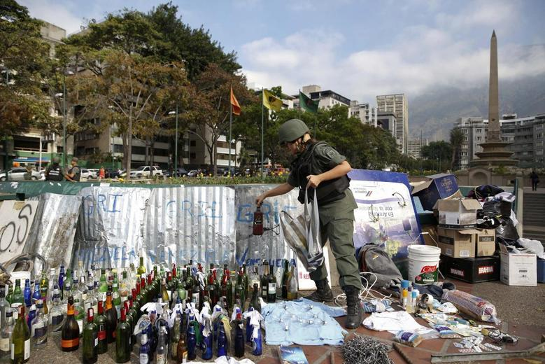 A national guard holds a bottle of molotov cocktail at Altamira square in Caracas March 17, 2014. REUTERS/Carlos Garcia Rawlins