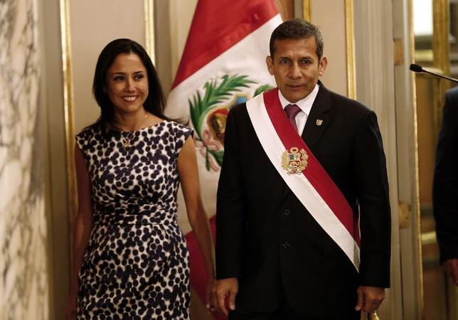 Peru's President Ollanta Humala, accompanied by First Lady Nadine Heredia, arrives at the swearing-in ceremony of new members of his cabinet at the government palace in Lima February 24, 2014. REUTERS/Mariana Bazo