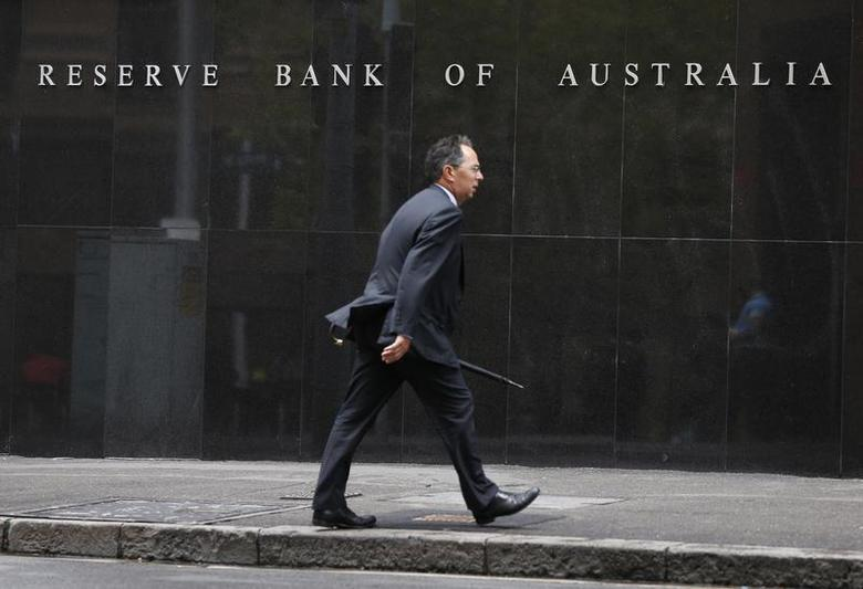 A businessman walks past the Reserve Bank of Australia in Sydney February 4, 2014. REUTERS/Jason Reed