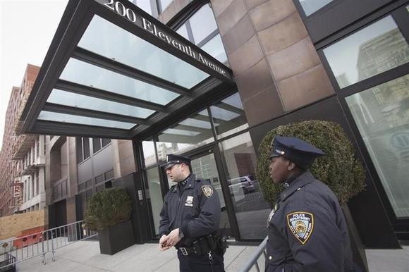 Police stand guard outside designer L'Wren Scott's home in Manhattan, March 17, 2014. REUTERS/Carlo Allegri