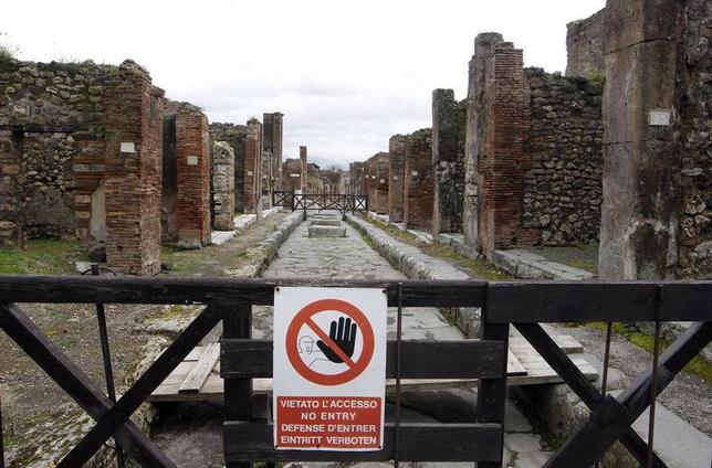 A sign, which reads: ''No Entry'', hangs on a perimeter fence in the ancient Roman city Pompeii, which was buried in AD 79 by an eruption of the Vesuvius volcano, February 6, 2013. REUTERS/Ciro De Luca