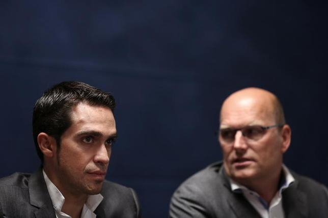 Spanish cyclist Alberto Contador (L) and Saxo Bank cycling team director Bjarne Riis attend a news conference in Madrid October 10, 2013. REUTERS/Susana Vera