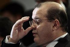 """Alexandre Tombini, presidente do Banco Central, reage durante uma audiência pública na Comissão de Assuntos Econômicos no Senado, em Brasília. Tombini afirmou nesta terça-feira que a autoridade monetária trabalha para levar a inflação à """"trajetória de metas"""", que os efeitos da política monetária são cumulativos e se mostram com defasagens, e que é preciso continuar """"especialmente vigilante"""" neste processo. 10/12/2013 REUTERS/Ueslei Marcelino"""