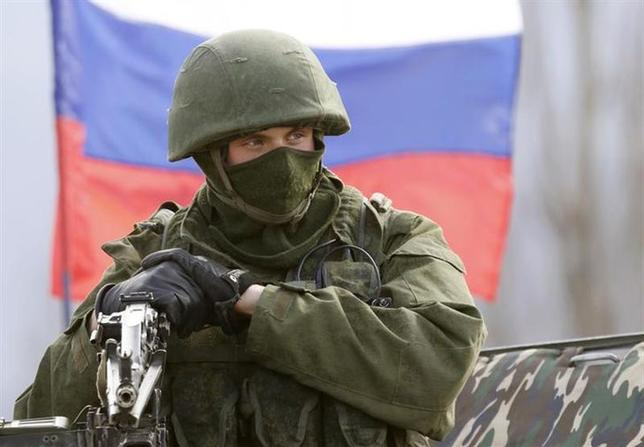 3月18日、クリミアに駐屯しているウクライナ軍が、ロシア軍による攻撃を受け、兵士1人が負傷した。写真はロシア軍兵士とみられる武装した男性。シンフェロポリ近郊のウクライナ軍基地前で14日撮影(2014年 ロイター/Vasily Fedosenko)