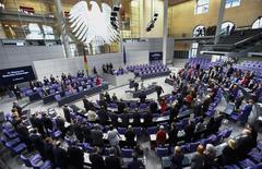 Imagen de archivo de la cámara baja del parlamento alemán en Berlín, feb 21 2014. El Tribunal Constitucional alemán confirmó el martes la legalidad del fondo de rescate europeo, ratificando una sentencia preliminar que databa del momento en el que la crisis de la eurozona alcanzó su punto álgido en 2012 y que dio luz verde al Mecanismo de Estabilidad Europeo (MEDE). REUTERS/Thomas Peter