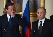 """Президент России Владимир Путин и британский премьер-министр Дэвид Кэмерон на мероприятии в Лондоне 16 июня 2013 года. Премьер-министр Великобритании Дэвид Кэмерон сказал, что Россия столкнется с серьезными последствиями из-за """"совершенно неприемлемой"""" попытки Владимира Путина аннексировать Крым. REUTERS/Anthony Devlin/Pool"""