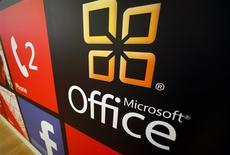 El logo de Office de Microsoft en una tienda minorista de la firma en San Diego, EEUU, ene 18 2012. Las acciones de Microsoft Corp subieron el martes a niveles vistos por última vez durante el auge de los dominios de internet, tras reportes de que la compañía planea revelar una versión para iPad de su programa Office, lo que podría generar miles de millones de dólares en ingresos. REUTERS/Mike Blake
