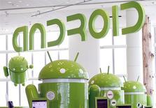 """Imagen de archivo de las mascotas de Android en una conferencia de desarrolladores de Google en San Francisco, EEUU, mayo 10 2011. - Google Inc dijo el martes que los relojes inteligentes (""""smartwatches"""") basados en su software para teléfonos móviles Android saldrán a la venta este año, dando un impulso significativo a la incursión de la compañía en el incipiente mercado de dispositivos para vestir. REUTERS/Beck Diefenbach"""