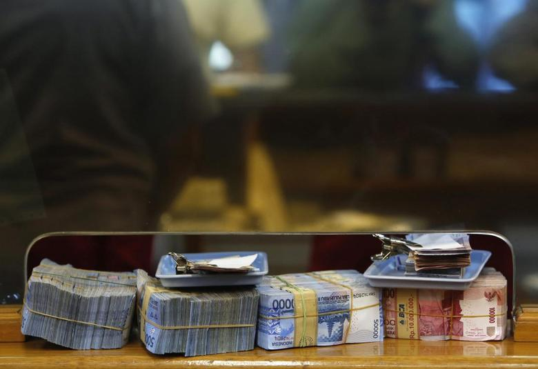 Indonesian rupiah notes are seen at a money changer in Jakarta, August 29, 2013. REUTERS/Beawiharta
