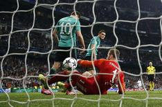 Schalke 04's goalkeeper Ralf Fahrmann, Julian Draxler (L) and Kyriakos Papadopoulos react after Real Madrid's third goal scored by Alvaro Morata (unseen) during their Champions League last 16 second leg soccer match at Santiago Bernabeu stadium in Madrid March 18, 2014. REUTERS/Paul Hanna