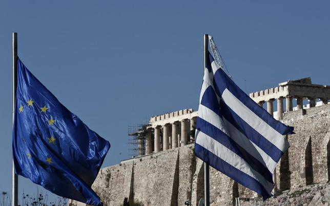 A Greek (R) and an EU flag flutter in front of the temple of the Parthenon, during the takeover ceremony of the six-month rotation of Greece's EU Presidency at Zappeion Hall, in Athens January 8, 2014. REUTERS/Yorgos Karahalis