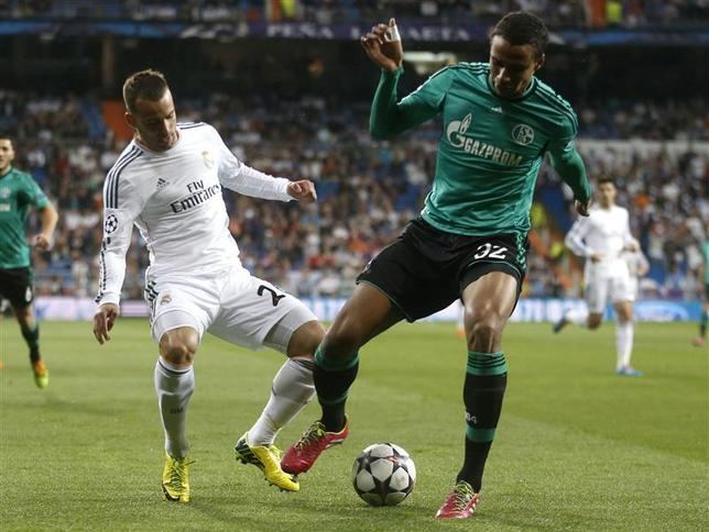 Real Madrid's Jese Rodriguez (L) challenges Schalke's Joel Matip during their Champions League last 16 second leg soccer match at Santiago Bernabeu stadium in Madrid March 18, 2014. REUTERS/Juan Medina