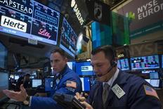 Трейдеры на торгах Нью-Йоркской фондовой биржи 3 февраля 2014 года. Американские акции выросли во вторник вторую сессию подряд после комментариев президента России Владимира Путина, развеявшего опасения в том, что кризис по поводу Украины может усилиться. REUTERS/Brendan McDermid