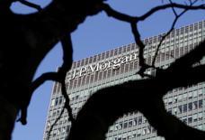 La banque américaine JPMorgan a conclu un accord avec le groupe de négoce suisse Mercuria en vue de la cession de son activité physique de matières premières, selon des sources qui confirment une information du Wall Street Journal. /Photo prise le 28 janvier 2014/REUTERS/Simon Newman