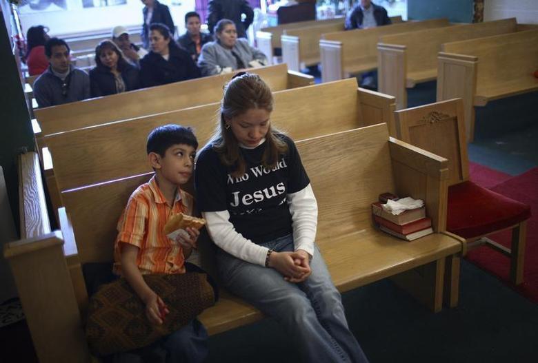 Elvira Arellano (C) and her son Saul, 8, attends Sunday service in Adalberto United Methodist Church in Chicago, April 15, 2007. REUTERS/John Gress