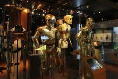 """Disfraces de R2-D2 y C-3PO durante la exhibición """"Star Wars Identities"""" en los estudios """"Cite du Cinema"""", Saint-Denis, feb 13, 2014. La acción de la próxima entrega de la serie """"Star Wars"""" ocurrirá 30 años después de """"Episode VI: Return of the Jedi"""" y se estrenará en 2015, dijo el martes el presidente ejecutivo de Walt Disney Co., Bob Iger, en la reunión anual de accionistas de la compañía. REUTERS/Benoit Tessier"""