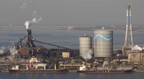 Usina siderúrgica da Nippon Steel & Sumitomo Metal em Kimitsu, ao leste de Tóquio. A produção de aço bruto do Japão cresceu pelo sexto mês consecutivo em fevereiro na comparação anual, e está caminhando rumo a um pico de seis anos no ano fiscal de 2013, impulsionada pela demanda maior por casas, carros e eletrodomésticos antes de um aumento no imposto sobre vendas em abril. 20/02/2013 REUTERS/Issei Kato