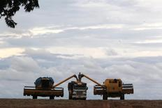 Um caminhão é carregado com soja em uma fazenda na cidade de Primavera do Leste. A empresa de previsão de safras Lanworth elevou nesta quarta-feira sua estimativa para a colheita de soja no Brasil na temporada 2013/14 para 87,8 milhões de toneladas, ante 87,7 milhões de toneladas da projeção de duas semanas atrás. 07/02/2013 REUTERS/Paulo Whitaker