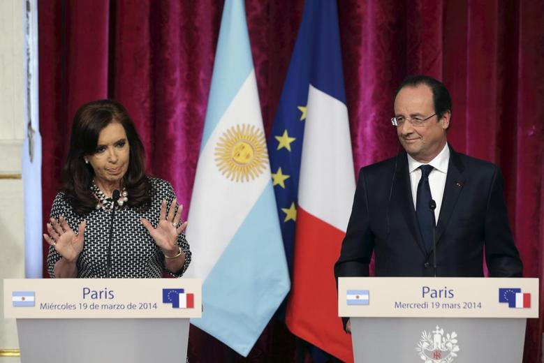 French President Francois Hollande (R) and Argentina's President Cristina Fernandez de Kirchner attend a joint news conference at the Elysee Palace in Paris, March 19, 2014. REUTERS/Philippe Wojazer
