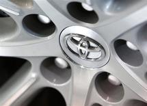 El logo de Toyota en la rueda de un auto en Tokio, feb 4 2014. La automotriz japonesa Toyota Motor Corp pagará 1.200 millones de dólares para cerrar una investigación criminal sobre su manejo de quejas de clientes por temas de seguridad, informó el miércoles el Departamento de Justicia estadounidense. REUTERS/Yuya Shino