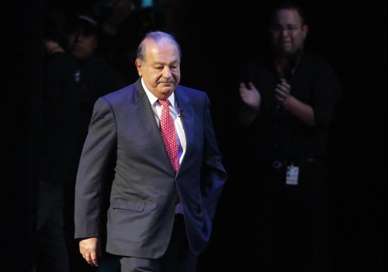 Mexican billionaire Carlos Slim walks on stage for an event of the Fundacion Telmex Mexico Siglo XXI (Telmex Foundation Mexico XXI Century) in Mexico City September 12, 2013. REUTERS/Bernardo Montoya