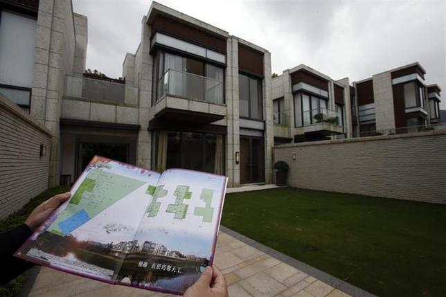 3月20日、中国本土における信用収縮で資金繰りに窮した中国人富裕層が、香港に保有する高級住宅を叩き売りしている。写真は18日、香港で売りに出されている中国人所有の高級住宅(2014年 ロイター/Bobby Yip)