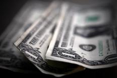 Долларовые купюры в Торонто 26 марта 2008 года. Россия покроет ожидаемый дефицит бюджета аннексированного Крыма в размере 55 миллиардов рублей ($1,53 миллиарда) из резервов своего федерального бюджета, сказал министр финансов РФ Антон Силуанов в эфире государственного телеканала. REUTERS/Mark Blinch