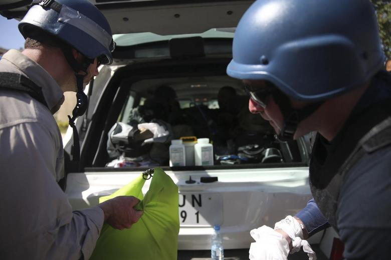 U.N. chemical weapons experts put samples collected from one of the sites of an alleged chemical weapons attack in their vehicle, in the Ain Tarma neighbourhood of Damascus, August 28, 2013 file photo. REUTERS/Mohamed Abdullah
