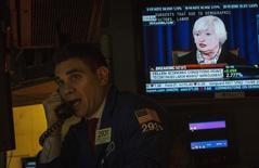 Трейдер на торгах Нью-Йоркской фондовой биржи 19 марта 2014 года. Американский рынок акций снизился в среду после того, как глава ФРС Джанет Йеллен намекнула на возможность повышения процентных ставок ранее, чем ожидалось. REUTERS/Brendan McDermid