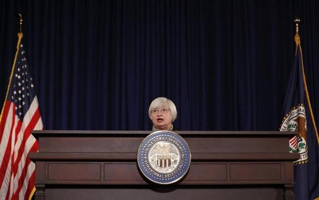 3月19日、予想より速いペースでの利上げが見込まれているということ以外、景気判断に大幅な変化はないというのがFRBのメッセージだが、タカ派色が強まったのか、イエレン議長(写真)にとって初めてのFOMCでコミュニケーションに問題があったのかどちらかだ、とサフト氏は指摘(2014年 ロイター/Larry Downing)