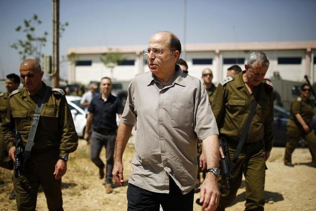 Israeli Defense Minister Moshe Yaalon (C) walks next to Israel's armed forces chief Major-General Benny Gantz (R) during a visit to a military base near Kibbutz Kissufim outside the central Gaza Strip May 7, 2013. REUTERS/Amir Cohen