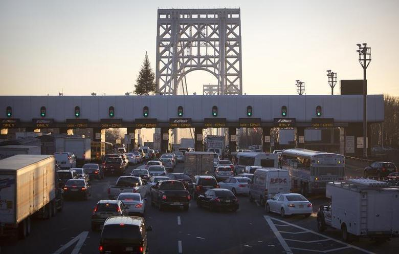 The George Washington Bridge toll booths are pictured in Fort Lee, New Jersey January 9, 2014. REUTERS/Carlo Allegri