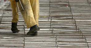 Um trabalhador ajusta barras de ferro em um canteiro de obras em São Paulo. A produção global de aço bruto cresceu 0,6 por cento em fevereiro ante o mesmo mês do ano passado, para 125 milhões de toneladas, informou nesta quinta-feira a Associação Mundial de Aço (Worldsteel). 14/02/2008 REUTERS/Paulo Whitaker