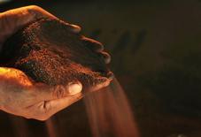 """Рабочий держит горсть никелевой руды на заводе PT Vale Tbk в Соровако на индонезийском острове Сулавеси 8 января 2014 года. Горнорудный гигант Норильский никель готовится """"на десятки процентов"""" увеличить поставки никеля в Китай после запрета на экспорт никелевого сырья из Индонезии, сказал в интервью Рейтер топ-менеджер компании. REUTERS/Yusuf Ahmad"""