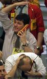 Unos operadores en la rueda de operaciones de la Bolsa de Valores de Sao Paulo, oct 16 2008. Tras un desempeño pobre el año pasado, el índice brasileño Bovespa debería subir, en línea con una recuperación económica global, mientras que las acciones mexicanas probablemente se recuperarán a medida que las reformas al mercado entren en vigor, según un sondeo de Reuters. REUTERS/Paulo Whitaker