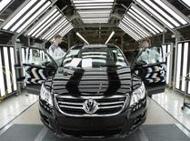 Автомобиль на заводе Volkswagen в Калуге 20 октября 2009 года. Немецкий Volkswagen не отказывается от амбициозной программы расширения производства в России, несмотря на принятие Евросоюзом антироссийских санкций и их возможное ужесточение в ответ на вхождение Крыма в состав РФ, заявил в четверг глава компании. REUTERS/Alexander Natruskin