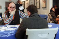 Una persona escucha a un reclutador en una feria laboral en Coney Island, EEUU, mar 4 2014. El número de personas que presentó nuevos pedidos de ayuda por desempleo en Estados Unidos se mantuvo cerca de mínimos de tres meses la semana pasada y la actividad fabril en la zona norte de la Costa Este se aceleró en marzo, lo que indica que la economía está saliendo de una ralentización causada por un clima adverso. REUTERS/Shannon Stapleton