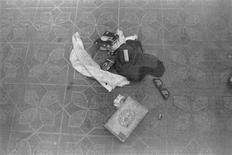 Imagen entregada el 20 de marzo del 2014 por el Departamento de Policía de Seattle que muestra artículos que quedaron en la escena de la muerte del músico Kurt Cobain en 1994. Un investigador de casos antiguos halló varios rollos de película sin revelar de la escena de la muerte de Cobain, vocalista de Nirvana, pero la policía de Seattle dijo que no esperan que el descubrimiento cambie la determinación de que el músico se suicidó. REUTERS/Departamento de Policía de Seattle/Distribuida a través de Reuters. ATENCION EDITORES - SOLO PARA USO EDITORIAL. NO DISPONIBLE PARA LA VENTA PARA CAMPAÑAS DE MARKETING O PUBLICIDAD. ESTA IMAGEN HA SIDO ENTREGADA POR UNA TERCERA PARTE. ES DISTRIBUIDA, EXACTAMENTE COMO FUE RECIBIDA POR REUTERS, COMO UN SERVICIO A NUESTROS CLIENTES.