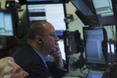 Трейдеры на торгах Нью-Йоркской фондовой биржи 13 февраля 2014 года. Американские акции выросли в четверг после того, как появились данные, подтверждающие улучшение экономики, а инвесторы переоценили комментарии главы ФРС, породившие слухи о более раннем, чем ожидалось, повышении ключевой ставки. REUTERS/Brendan McDermid