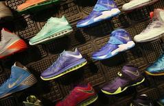 Обувь в магазине Nike в Санта-Монике, Калифорния 25 сентября 2013 года. Давление на бизнес со стороны меняющихся курсов валют на ключевых рынках развивающихся стран может плохо отразиться на прибыли производителя спорттоваров, одежды и обуви Nike Inc в текущем квартале и следующем финансовом году, сообщила компания. REUTERS/Lucy Nicholson