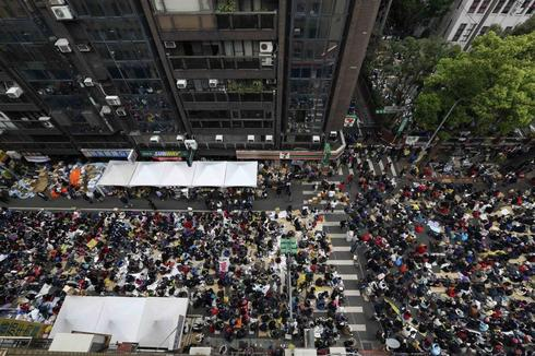 Taiwan protesters dig in over China trade bill