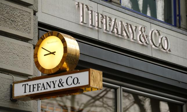 A clock is placed in front of a store of U.S. jeweller Tiffany at the Bahnhofstrasse shopping street in Zurich December 23, 2013. REUTERS/Arnd Wiegmann