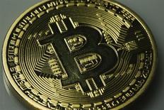 Un falso Bitcoin en una ilustración fotográfica realiza en Berlín, ene 7 2014. Un falso Bitcoin en una ilustración fotográfica realiza en Berlín, ene 7 2014 REUTERS/Pawel Kopczynski