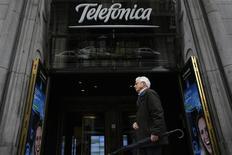 """Una persona pasa junto al edificio central de Telefónica en Madrid, mar 26 2013. La agencia de calificación de crédito Fitch confirmó el viernes el rating a largo plazo de emisor (IDR por sus siglas en inglés) de Telefónica en """"BBB+"""", con perspectiva negativa ante la mayor competencia en España y la volatilitad de las divisas. REUTERS/Juan Medina"""