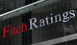 """Uma bandeira dos Estados Unidos é refletida no video da sede da Fitch Ratings em Nova York. A Fitch Ratings informou nesta sexta-feira que confirmou o rating de crédito dos EUA em """"AAA"""" com perspectiva estável, removendo o alerta negativo do país. 06/02/2013 REUTERS/Brendan McDermid"""