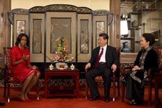 A primeira-dama dos Estados Unidos, Michelle Obama, conversa com o presidente da China, Xi Jinping, e sua esposa Peng Liyuan nesta sexta-feira, em Pequim. 21/03/2014 REUTERS/Andy Wong/Pool