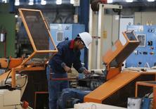 Un trabajador en la planta de la acerera TIM en Huamantla, México, oct 11 2013. El banco central de México dejó el viernes sin cambios la tasa clave de interés en un 3.50 por ciento y advirtió que vigilará el grado de holgura de la economía local en vista de que no ha dado señales de mejoría. REUTERS/Tomas Bravo