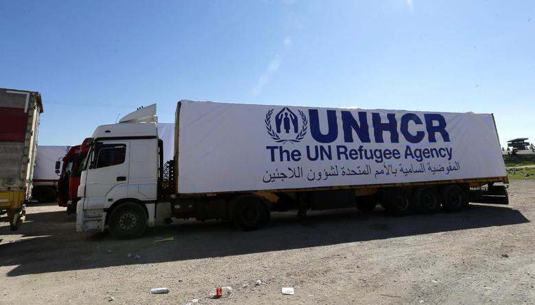 Trucks carrying humanitarian supplies wait in front of Turkey's Nusaybin border post in Mardin province March 20, 2014. REUTERS/Umit Bektas
