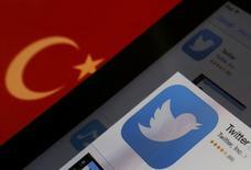 """Les services du Premier ministre turc, Recep Tayyip Erdogan, ont justifié samedi le blocage du réseau social Twitter par son caractère """"partial"""" et sa tendance à servir de relais à la """"diffamation systématique"""" du gouvernement. Les autorités turques ont fermé jeudi soir l'accès au site. /Photo prise le 21 mars 2014/REUTERS/Murad Sezer"""