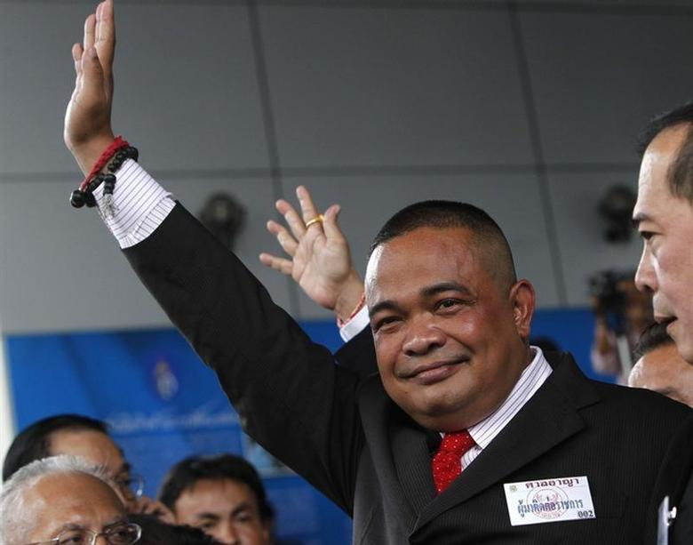 Thai ''Red Shirt'' leader Jatuporn Prompan waves at cheering supporters as he arrives at a criminal court in Bangkok August 22, 2012. REUTERS/Sukree Sukplang